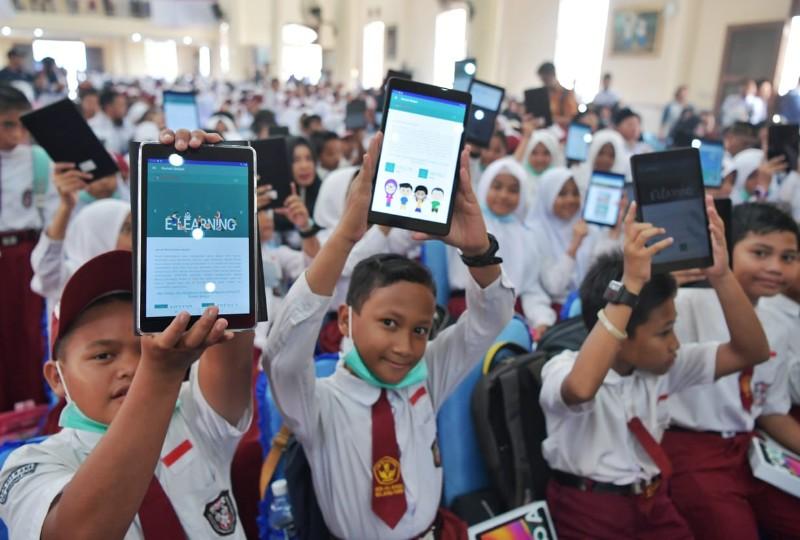 Digitalisasi Sekolah, 1.715 Siswa di Lutra Terima Bantuan Tablet ...